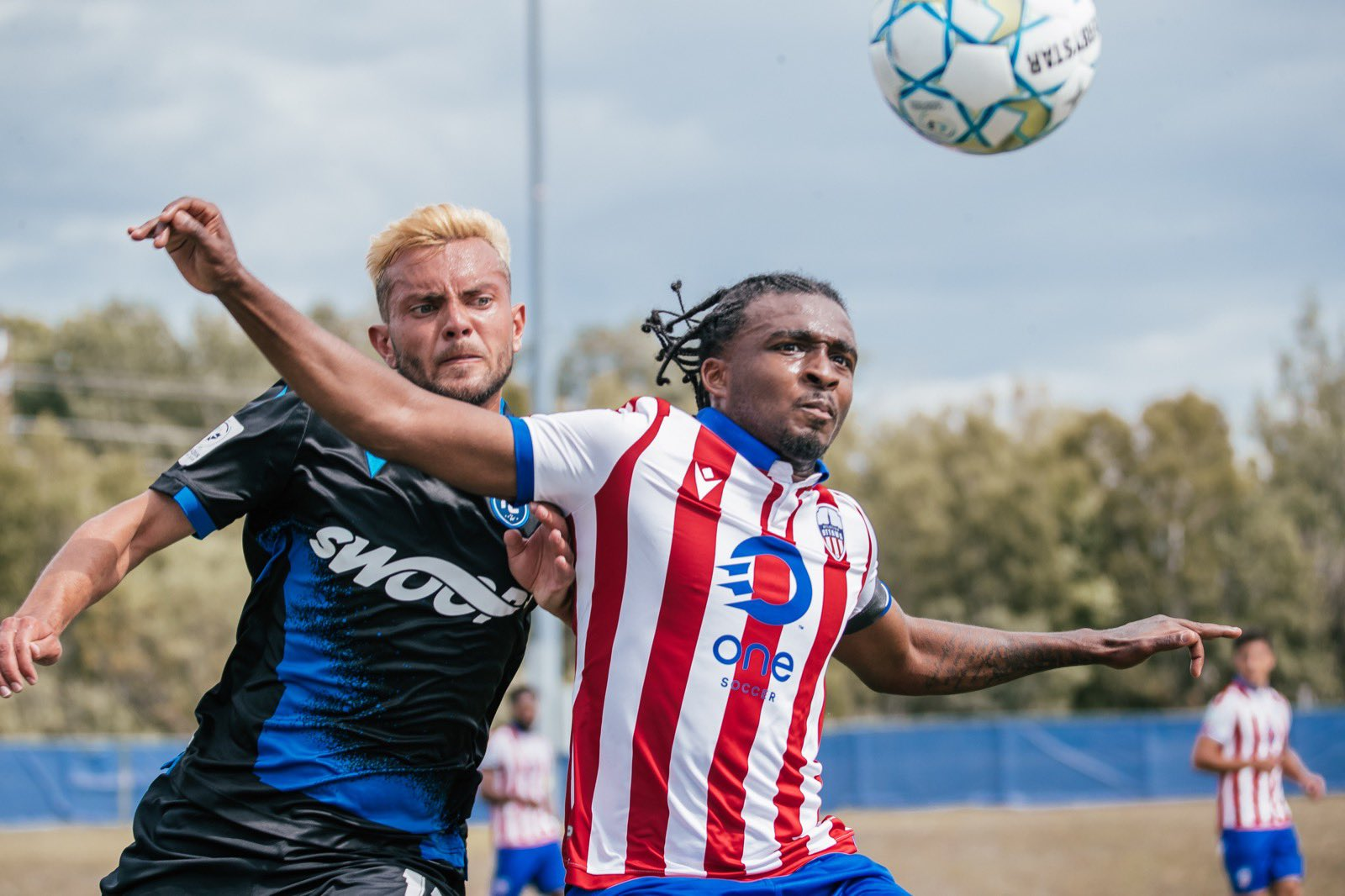 FC Edmonton's Keven Aleman fights for possession with Atlético Ottawa's Vashon Nueville. (Nora Stankovic/OneSoccer)
