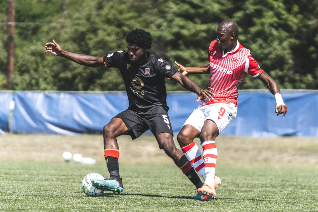 Valour FC's Julian Dunn battles with Jordan Brown of Cavalry FC. (Photo: CPL/Chant Photography)